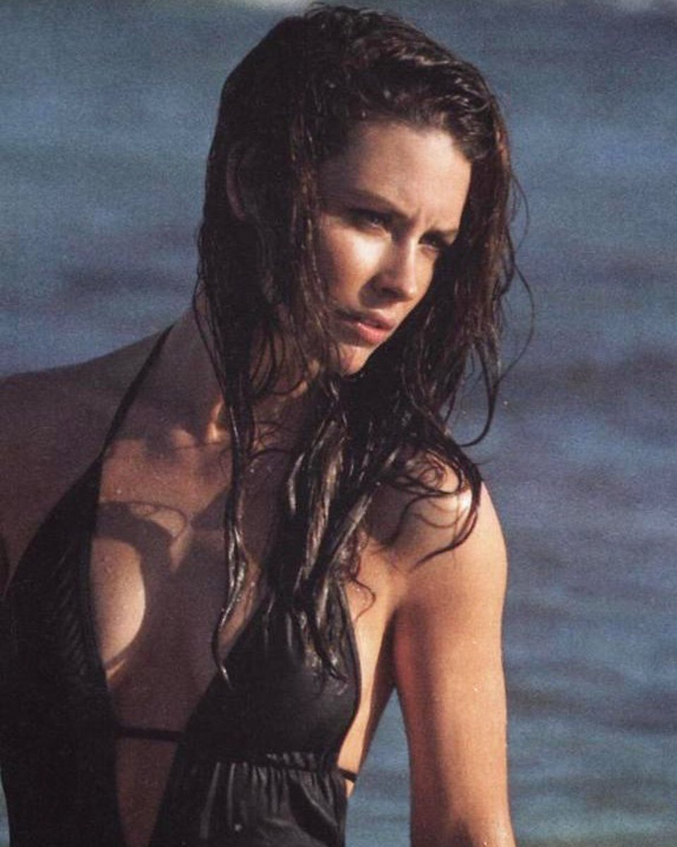 Evangeline Lilly Breasts photo 10